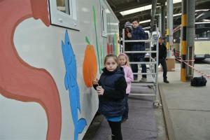 Kinder der Jugendkunstschule beim Bemalen des Slow Mobil