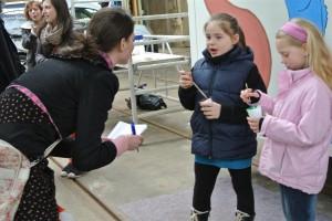 Kinder im Gespräch mit der Journalistin